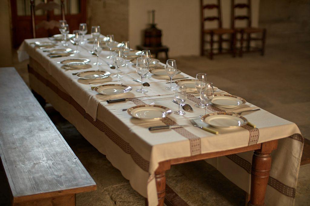 Photographie d'une belle tablée organisée pendant les repas gastronomiques de chef cuisinier au domaine Escarvaillac