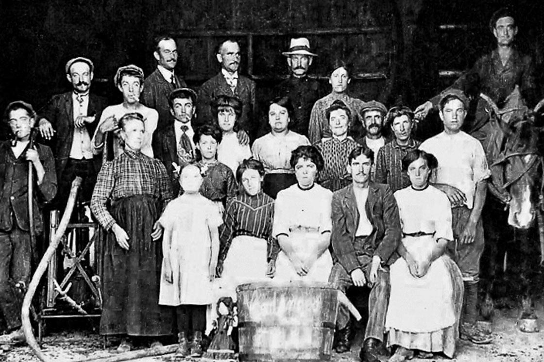Photographie d'époque représentant la famille Requin durant les vendanges de l'année 1911 au Domaine d'Escarvaillac en Avignon