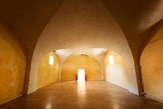 Photographie de la salle de réception, salle voutée d'architecture de l'époque Romane du 12ème siècle